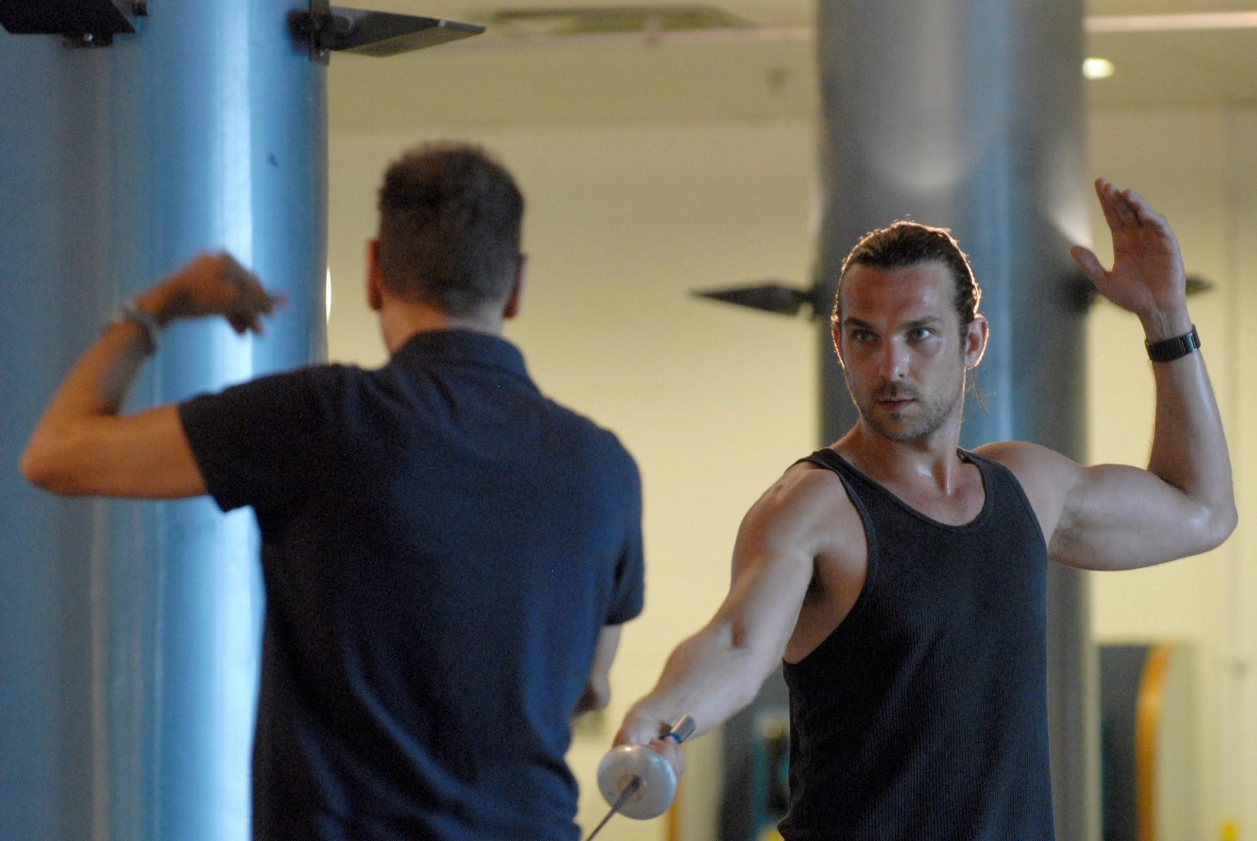 Igor Rickli se prepara para a personagem praticando esgrima (Foto: Divulgação)