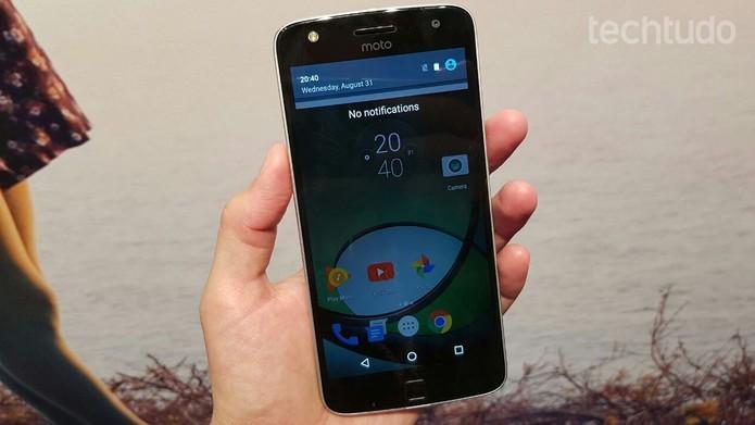 Moto Z Play possui uma tela de 5,5 polegadas e resolução Full HD (Foto: Thássius Veloso/TechTudo)