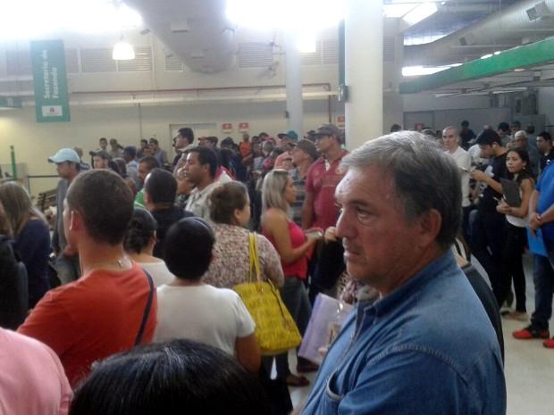 Centenas de pessoas se aglomeraram para tentar dar entrada no seguro-desemprego em Sorocaba (Foto: Arquivo pessoal/TEM Você)
