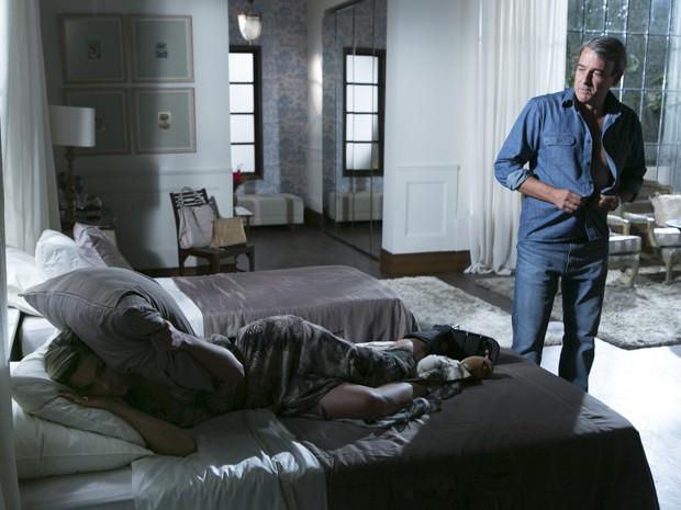 Heloísa deita na cama para não olhar para o ex-namorado (Foto: Além do Horizonte/TV Globo)