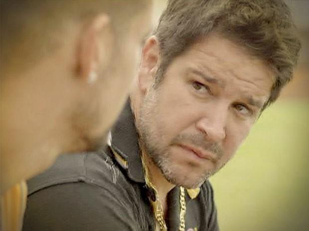 Tufao ouve os conselhos do filho (Foto: Avenida Brasil/TV Globo)