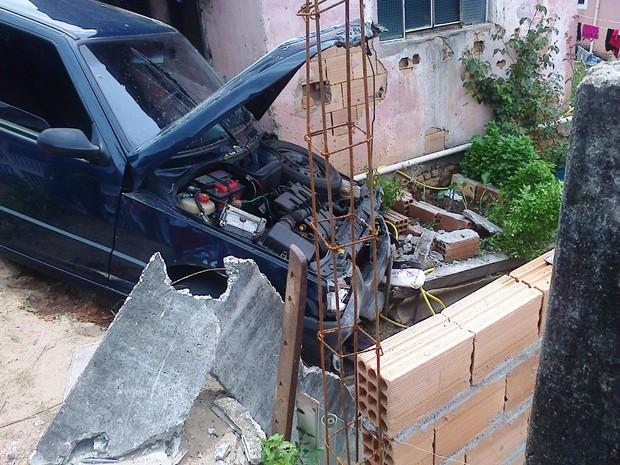 Carro usado por fugitivos bateu em muro de casa (Foto: PM/Divulgação)