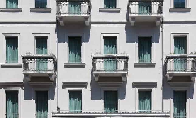A fachada neoclássica do Hotel Senato