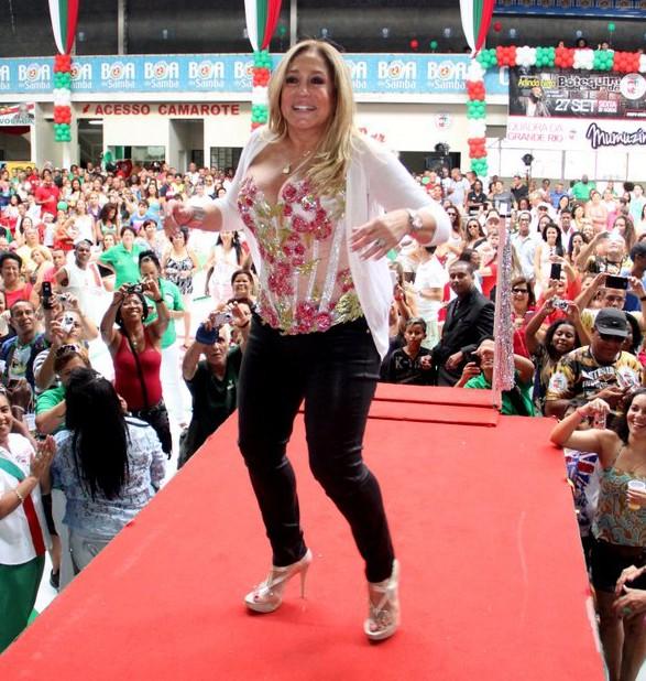 Susana Vieira - atriz comemora fazendo uma dancinha no palco (Foto: Rodrigo dos Anjos / AgNews)