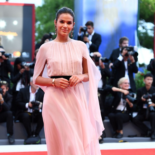 VENICE, ITALY - SEPTEMBER 02:  Brazilian Actress Bruna Marquezine wearing a Jaeger-LeCoultre Jaeger-LeCoultre Reverso One Duetto Jewelry watch attends the 'Suburbicon' premiere during the 74th Venice Film Festival at Sala Grande on September 2, 2017 in Ve (Foto: Getty Images for Jaeger-LeCoultre)