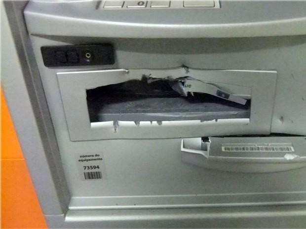 Criminoso danificaram caixas, mas não levaram dinheiro em Candeias (Foto: Reprodução EPTV)