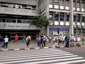 Estudantes em frente à Uerj aguardam o horário da prova (Foto: Renata Soares/G1)
