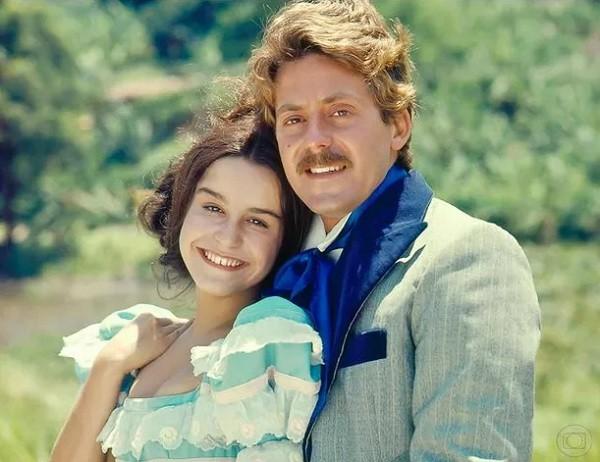 Edwin Luisi e Lucélia Santos na clássica novela A Escrava Isaura, exibida entre 1976 e 1977 (Foto: Reprodução/ TV Globo)