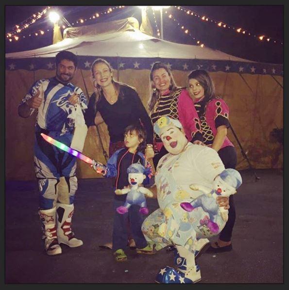 Luana Piovani e Dom com os atores do circo (Foto: Reprodução/Instagram)