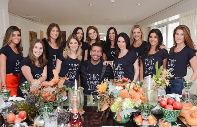 """Turma animada usa a camiseta beneficente """"Chic é fazer o bem"""" (Foto: Divulgação)"""