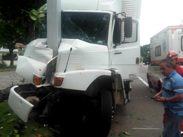 Frente do caminhão ficou destruída (Foto: Douglas Soares/Arquivo Pessoal)