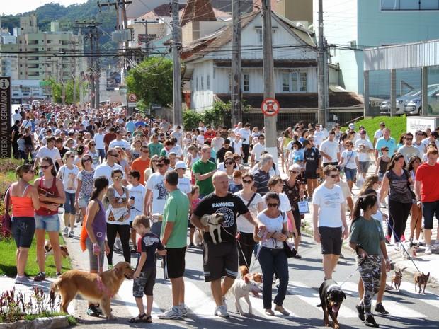 Cãominhada reuniu centenas de pessoas neste domingo em Blumenau (Foto: Jaime Batista/Blog do Jaime)