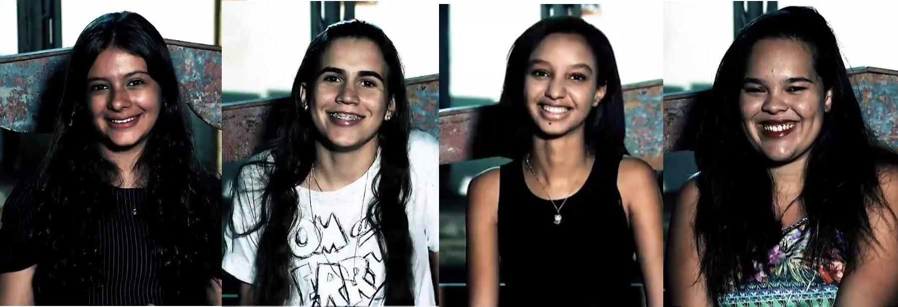 Luana, Bia, Vanessa, e Talita foram convidadas para fazer as perguntas à Paula Pimenta (Foto: Divulgação)