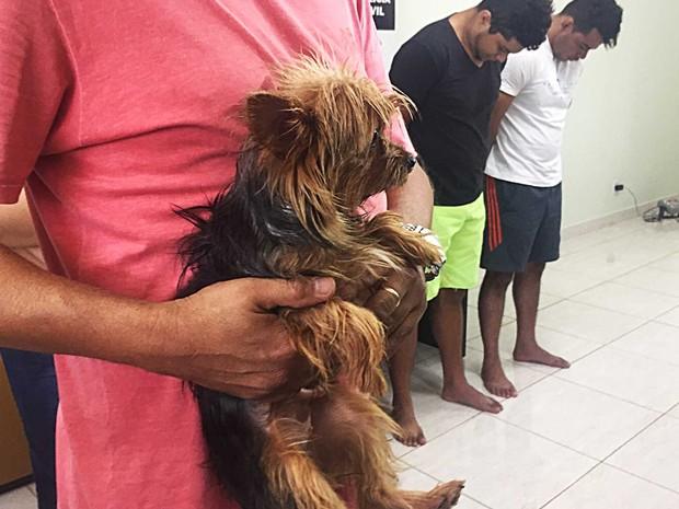 Suspeitos presos junto com cachorro que estava em veículo com drogas (Foto: Jéssica Nacimento/G1)