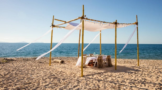 Praia perto de quarto flutuante do Airbnb (Foto: Divulgação)