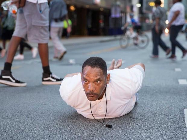 Homem deita na rua a simula ação policial contra negros em Dallas (Foto: Laura Buckman / AFP Photo)