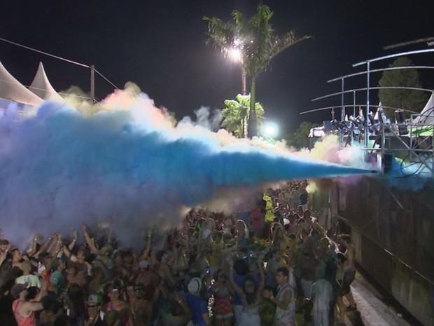 Jatos de pó colorido pintavam os participantes (Foto: Reprodução/TV TEM)