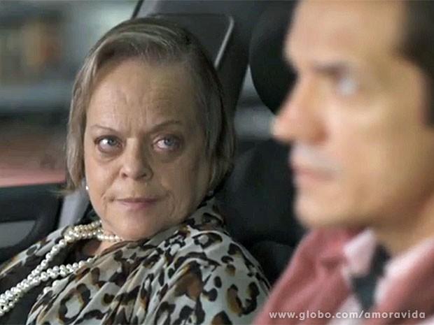 Eudóxia não gosta do comportamento de Valdirene (Foto: Amor à Vida/TV Globo)