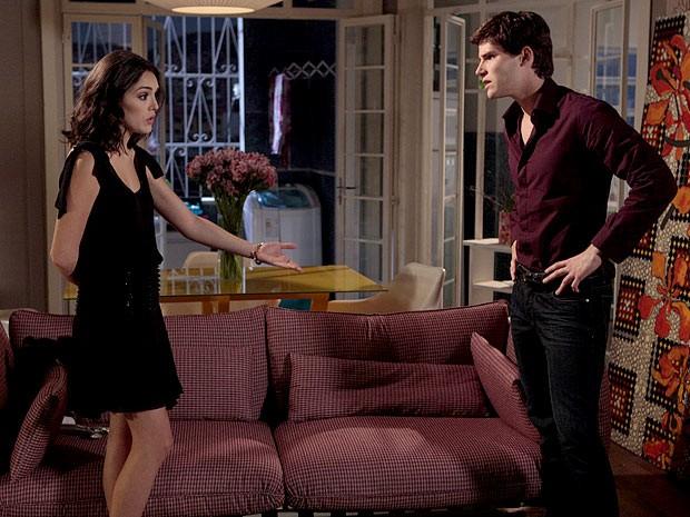 Cida acaba discutindo com Conrado (Foto: Cheias de Charme / TV Globo)