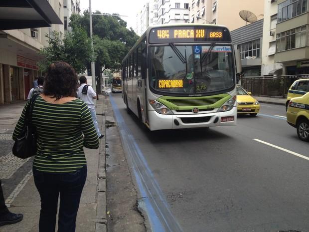 Movimento de ônibus na Avenida Nossa Senhora Copacabana é intenso. (Foto: Cristiane Cardoso / G1)