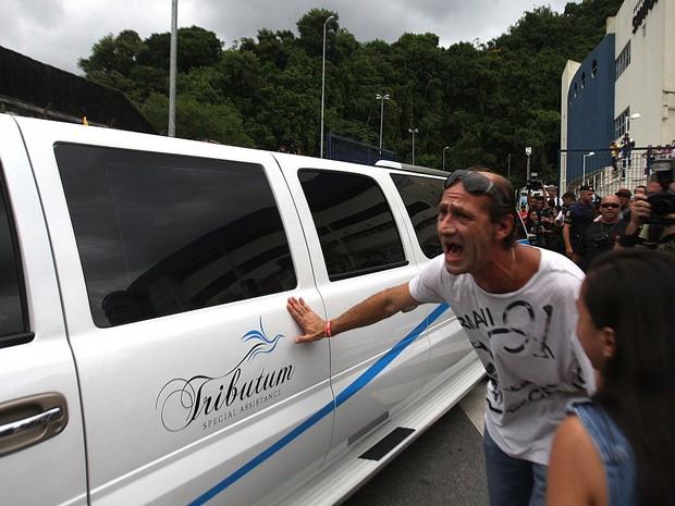 Fãs cercam o carro com o copro de Chorão ao deixar o local do velório (Foto:  Lucas Baptista/Futura Press/Estadão Conteúdo)