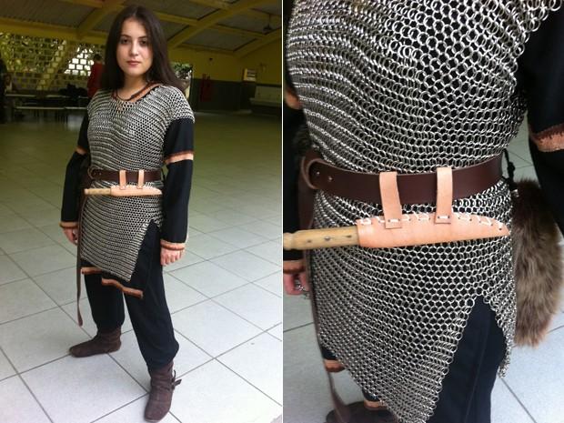 Integrante do grupo Ordo Draconis Belli mostra o vestuário que ela mesma confeccionou (Foto: Letícia Mendes/G1)
