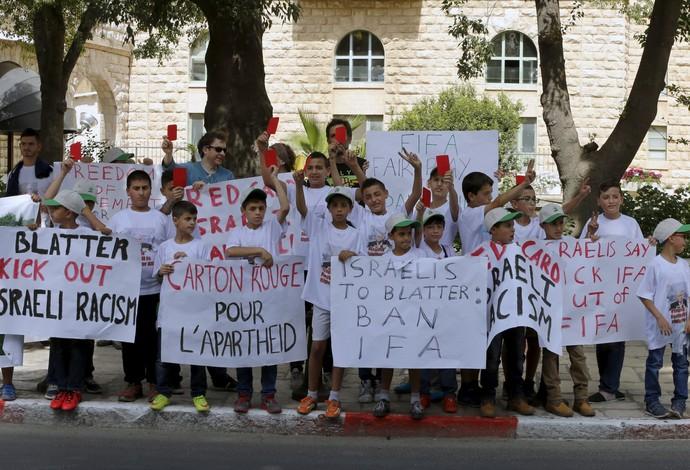 Crianças palestinsa pedem exclusão de Israel da Fifa (Foto: Reuters)