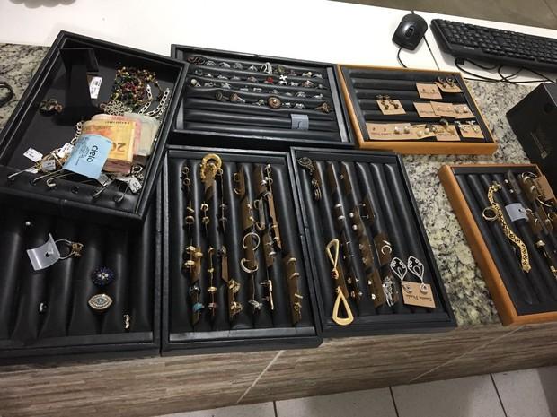 Ladrão já havia separado joias para levar; prejuízo seria de R$ 9 mil  (Foto: Polícia Militar/ Divulgação)