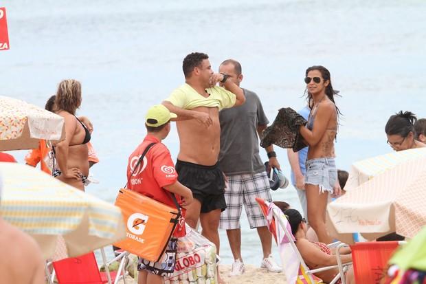 Ronaldo com a namorada na praia (Foto: Wallace Barbosa / AgNews)
