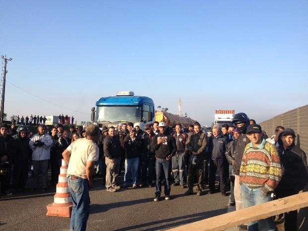 Protesto na rodovia Cônego Domenico Rangoni (Foto: Beatriz Lopez/Tv Tribuna)