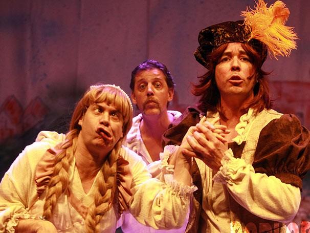 Hugo Possolo, Raul Barretto e Alexandre Bamba apresentam toda a obra de Shakespeare em comédia (Foto: Divulgação)