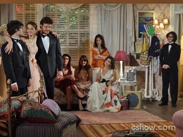 Helena fala que ama Laerte e Virgílio para toda a família (Foto: Em Família/ TV Globo)