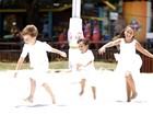 Em clima de Ano Novo, Jesuela Moro festeja pulando ondinhas com os irmãos