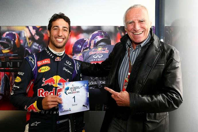 Daniel Ricciardo recebeu o convite de número 1 das mãos de Dietrich Mateschitz, dono da RBR e idealizador do evento (Foto: Divulgação)