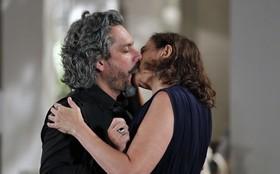 Reveja a cena: Zé Alfredo e Marta tascam beijão cinematográfico!