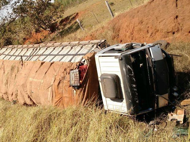 Caminhão tombou fora da pista após o acidente.  (Foto: Arquivo Pessoal)