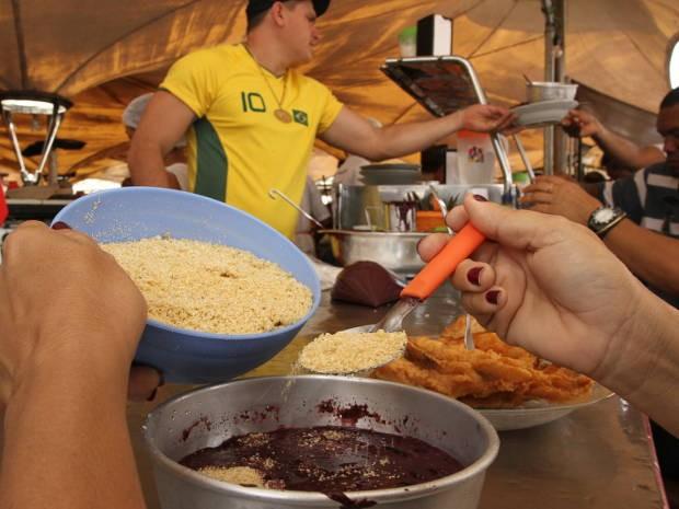 Açaí com peixe, carne e farinha é o prato típico da feira do Ver-o-peso (Foto: Fernando Araújo / O Liberal)
