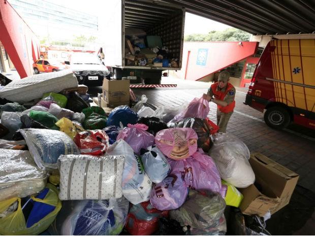 Até terça, tinham sido arrecadadas mais de uma tonelada de alimentos, além de roupas  (Foto: Arnaldo Alves / AEN)
