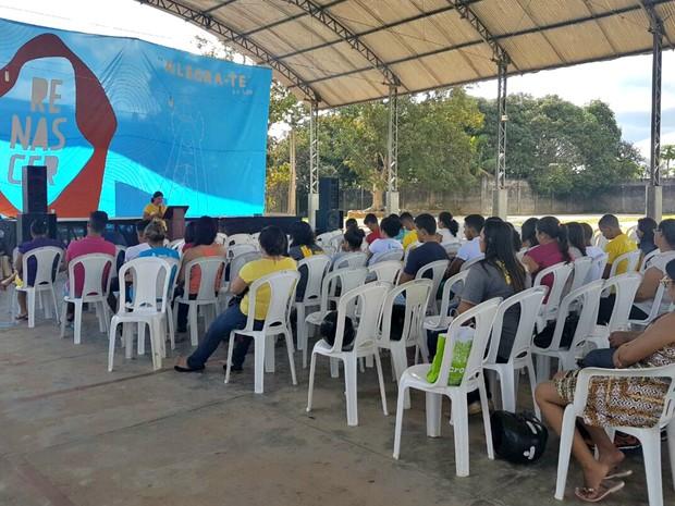 Comunidade se encontra em escola em Cruzeiro do Sul (Foto: Anny Barbosa/G1)