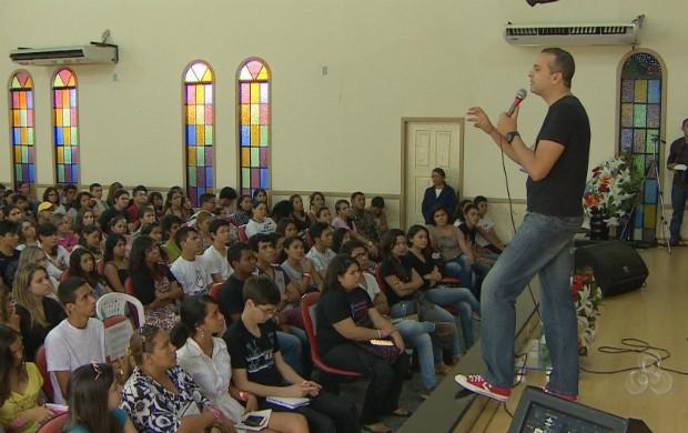 Jovens durante o seminário Eu Escolhi Esperar da Igreja Quadrangular (Foto: Reprodução/TV Amapá)