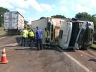 Carreta carregada de alimentos tomba e interdita rodovia em Cravinhos, SP