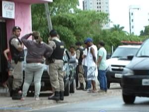 Policiais militares antendem a ocorrência de atropelamento (Foto: TV Integração/Reprodução)