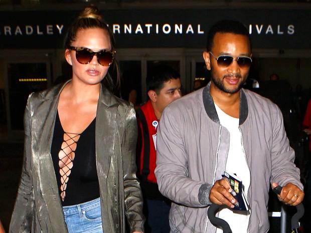 X17 - Chrissy Teigen e John Legend com a filha, Luna, em aeroporto em Los Angeles, nos Estados Unidosx (Foto: X17online/ Agência)
