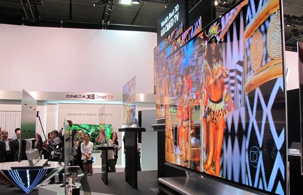 A LG usou vídeos do carnaval brasileiro para tentar provar o poder de sua nova TV de OLED, (Foto: Amanda Demetrio/G1)