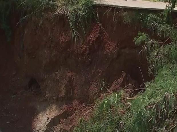 Terra de encosta está caindo e ponte é parcialmente fechada (Foto: Reprodução/ TV TEM)