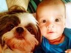 Bárbara Borges faz foto fofa do filho com seu cachorrinho de estimação