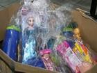 Policial se 'transforma' em Papai Noel e entrega presentes para crianças