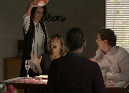 Marta e Luís se vingam de Malu e Edgar durante jantar