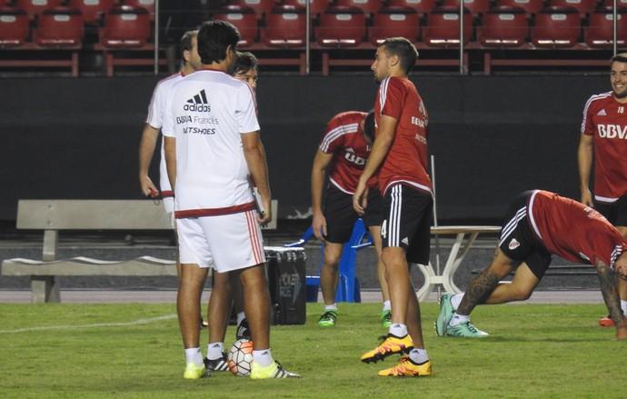 Mammana conversa com Gallardo River Plate Morumbi (Foto: Marcelo Hazan)