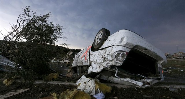 Edifícios e carros ficaram destruídos no bairro de Moore, o mais atingido com o tornado de Oklahoma, nos Estados Unidos (Foto: EFE/ Ed Zurga)